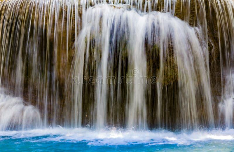 Sluit omhoog de blauwe daling van het stroomwater royalty-vrije stock foto's