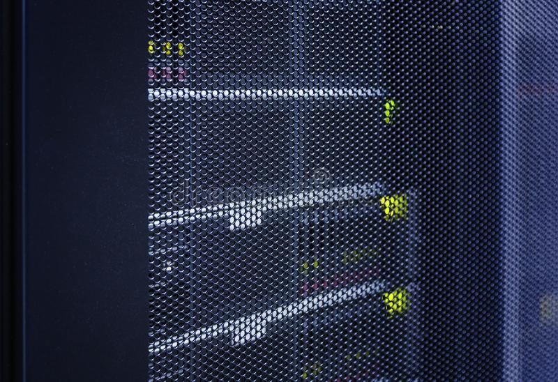 Sluit omhoog de deur van het meningsnet van moderne centrale verwerkingseenheid in high-tech Internet-datacentrumsamenvatting Ser stock afbeeldingen