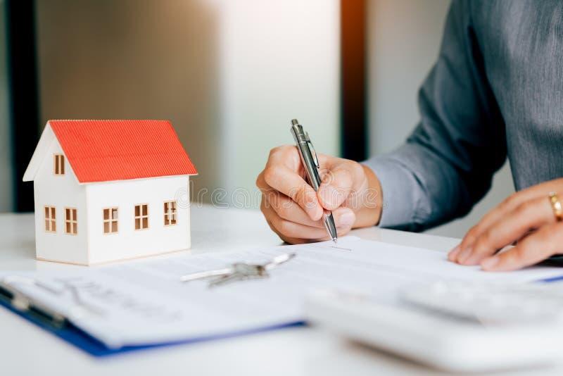 Sluit omhoog de handmens die document contractovereenkomst voor het kopen van huis ondertekenen royalty-vrije stock foto