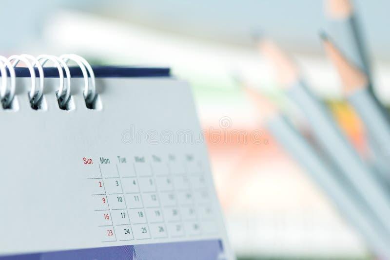 sluit omhoog de kalenderpagina op de lijst stock foto