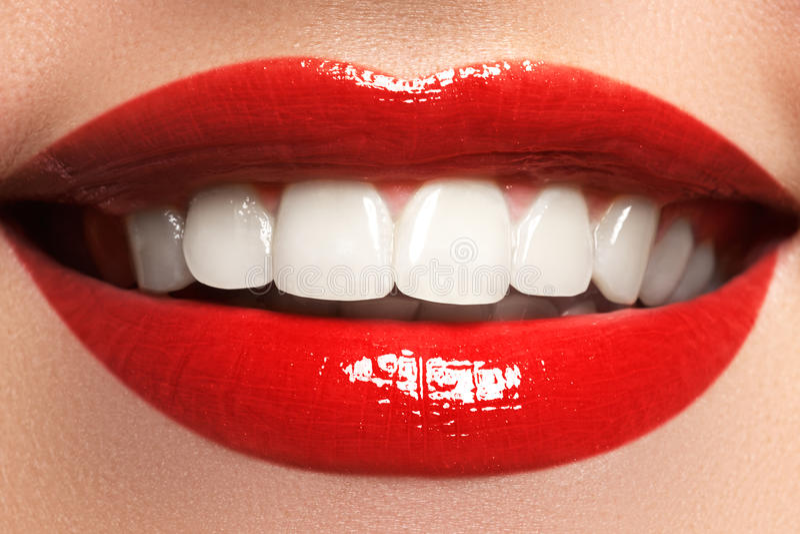 Sluit omhoog de mening van het schoonheidsportret van een jonge vrouwen natuurlijke glimlach met rode lippen Klassiek schoonheids royalty-vrije stock foto