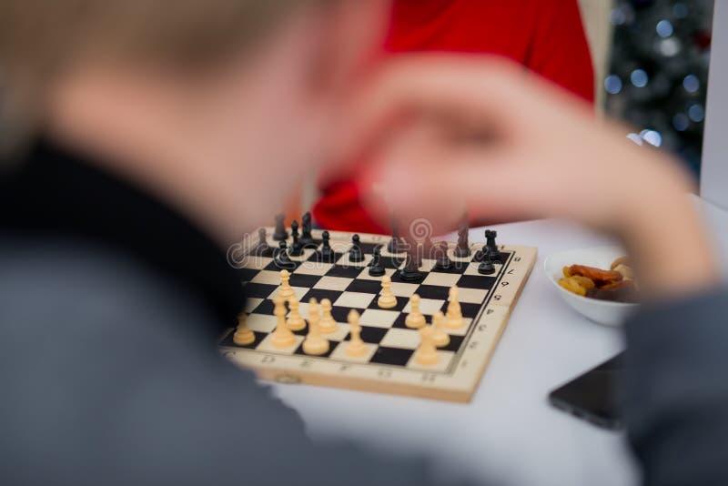 Sluit omhoog de mens nadenkt zijn volgende beweging het spelen schaak royalty-vrije stock foto's