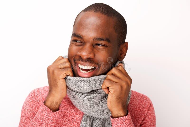 Sluit omhoog de modieuze jonge zwarte mens die met sjaal tegen witte achtergrond glimlachen royalty-vrije stock foto's