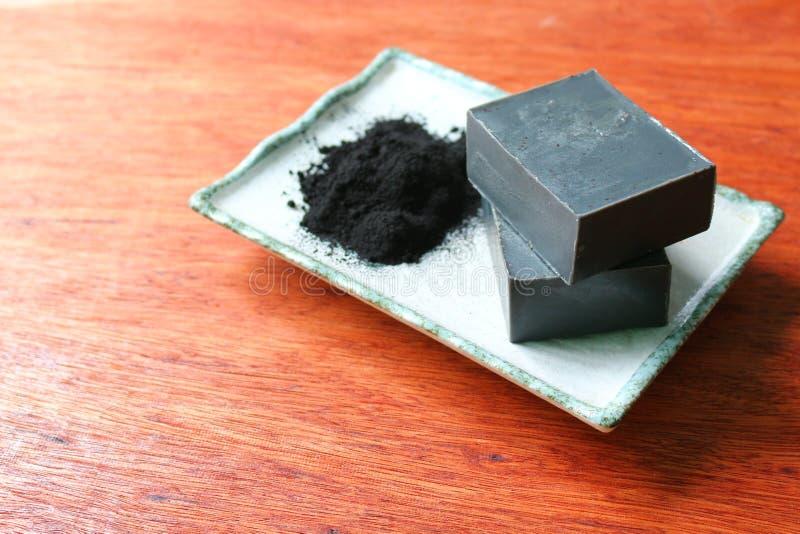 Sluit omhoog de smelting van de bamboehoutskool en giet zeepbars royalty-vrije stock afbeelding