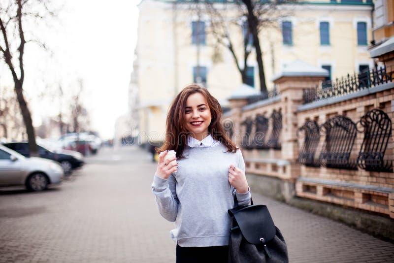 Sluit omhoog de stijlportret van de manierstraat van een mooi meisje in een toevallige uitrustingsgangen in de stad Het mooie bru royalty-vrije stock foto's
