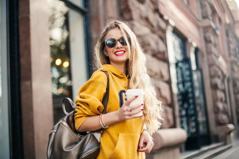 Sluit omhoog de stijlportret van de manierstraat van mooi meisje in dalings het toevallige uitrusting Mooie blonde openlucht stel stock afbeelding