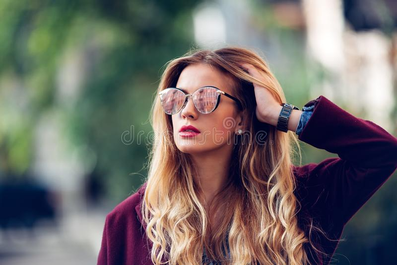 Sluit omhoog de stijlportret van de manierstraat van mooi meisje in dalings het toevallige uitrusting Mooie blonde openlucht stel royalty-vrije stock foto