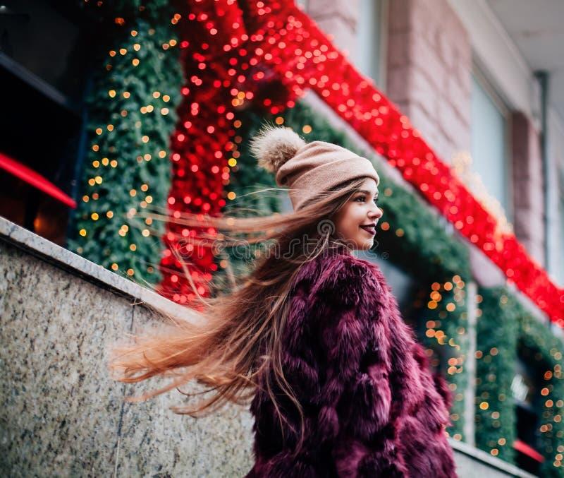 Sluit omhoog de stijlportret van de manierstraat van mooi meisje die in Mooie brunette van de dalings het toevallige uitrusting o stock afbeeldingen