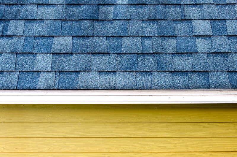Sluit omhoog de tegel van de dakschaal en houten plankmuur, textuurbackgrou stock foto's