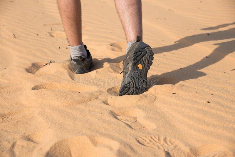 Sluit omhoog de voetmens die op zandduin lopen stock fotografie
