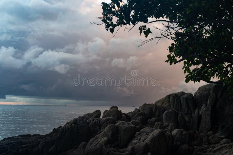 Sluit omhoog de voorzijde van de Voorgrondrots van het overzees van Thailand in schemeringtijd royalty-vrije stock foto's