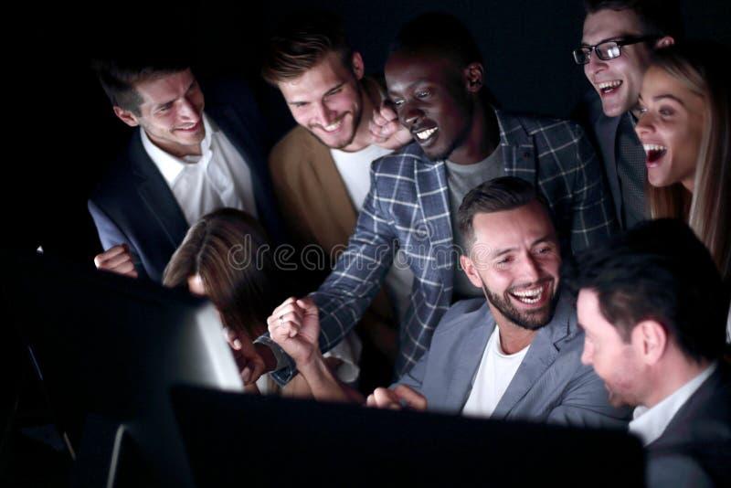 Sluit omhoog De vrolijke bedrijfsmensen bekijken het computerscherm royalty-vrije stock foto
