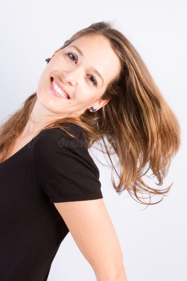 Sluit omhoog de Vrouw van het manierportret tegen witte muurachtergrond stock afbeeldingen