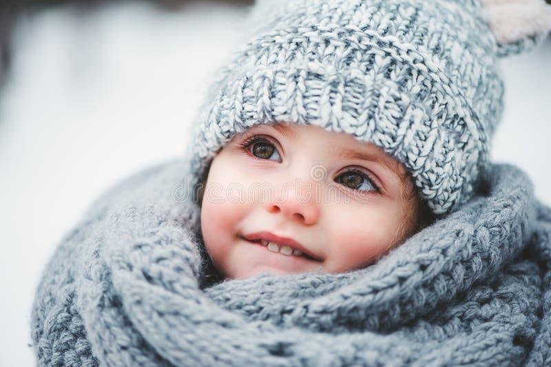 Sluit omhoog de winterportret van aanbiddelijk glimlachend babymeisje stock afbeelding