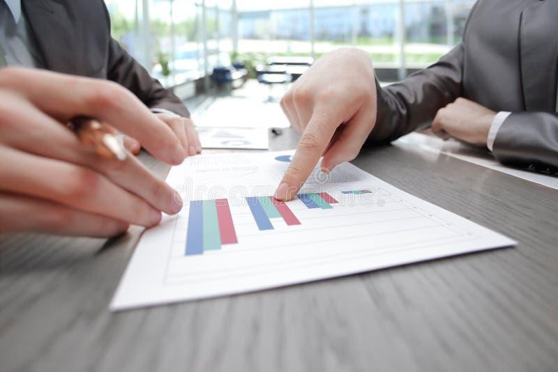 Sluit omhoog de zaken richten de vinger op het financi?le verslag stock foto's