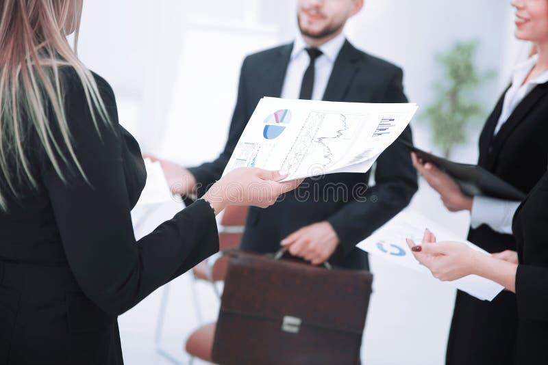 Sluit omhoog de zakenman en het team bespreekt financi?le documenten royalty-vrije stock foto's