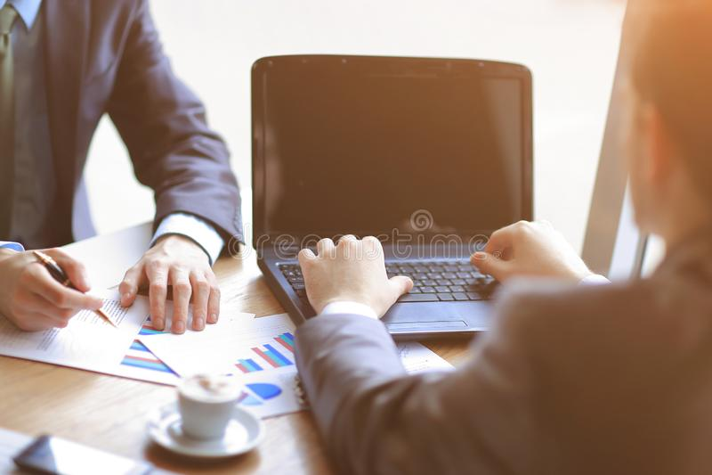 Sluit omhoog de zakenman gebruikt laptop om financiële gegevens te controleren royalty-vrije stock fotografie
