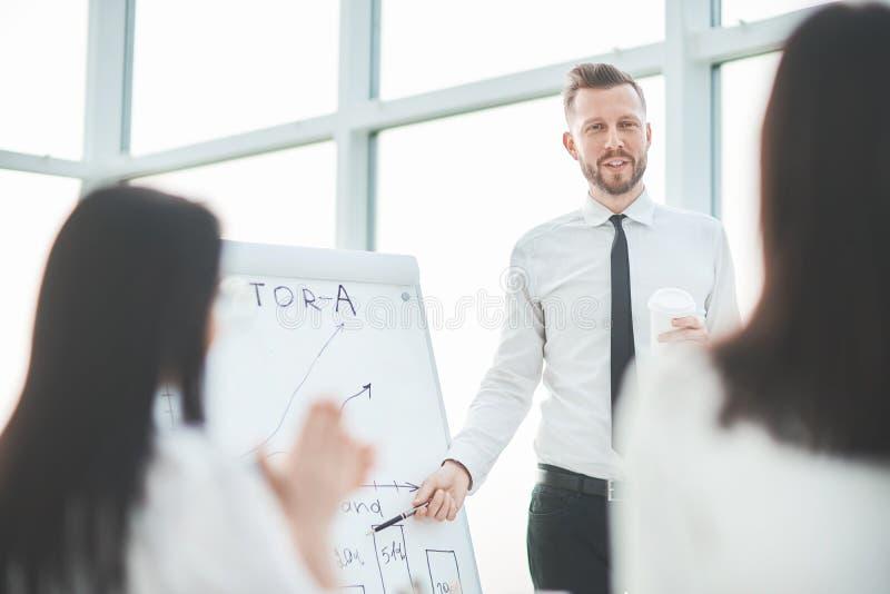 Sluit omhoog de zakenman maakt een presentatie voor het commerci?le team royalty-vrije stock foto