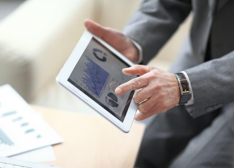 Sluit omhoog de zakenman richt zijn vinger op de financiële grafiek stock foto's