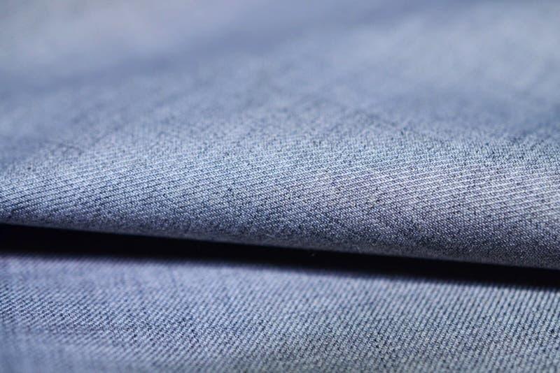 Sluit omhoog de zilveren blauwe stof van de patroontextuur van kostuum stock afbeelding