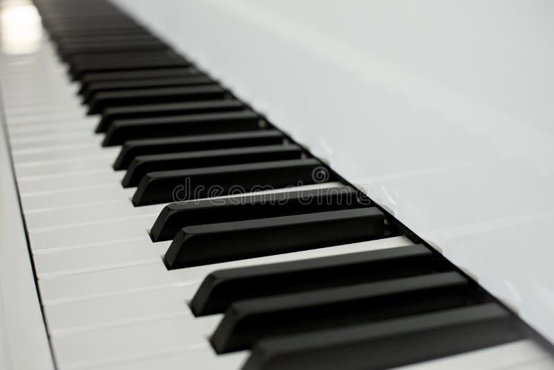 Sluit omhoog de zwart-witte sleutels van pianosleutels perspectief van pianotoetsenbord stock fotografie