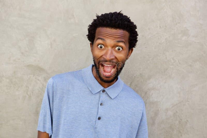 Sluit omhoog de zwarte mens met verraste uitdrukking op gezicht stock afbeelding
