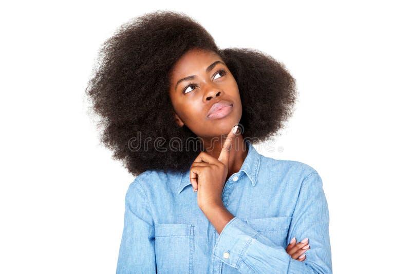 Sluit omhoog denkend jong zwarte die met afro omhoog exemplaarruimte bekijken stock foto