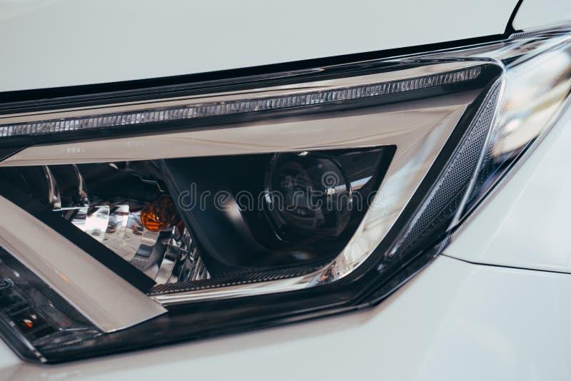 Sluit omhoog Detail op ??n van de LEIDENE koplampen moderne auto stock afbeelding