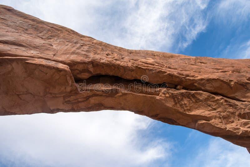 Sluit omhoog detail van een boog met blauwe hemelnside van Bogen Nationaal Park Blauwe hemel en wolken stock afbeeldingen