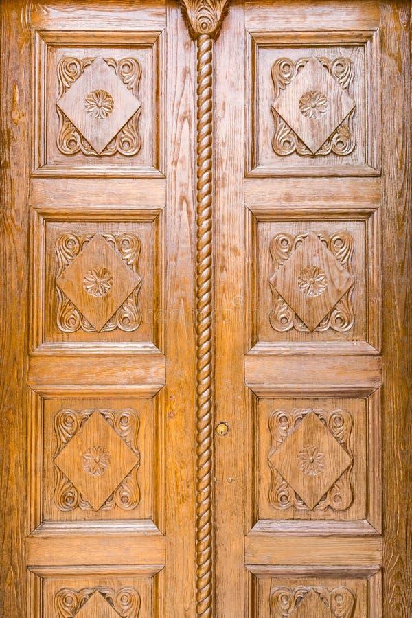 Sluit omhoog detail van een houten gesneden deur royalty-vrije stock afbeelding
