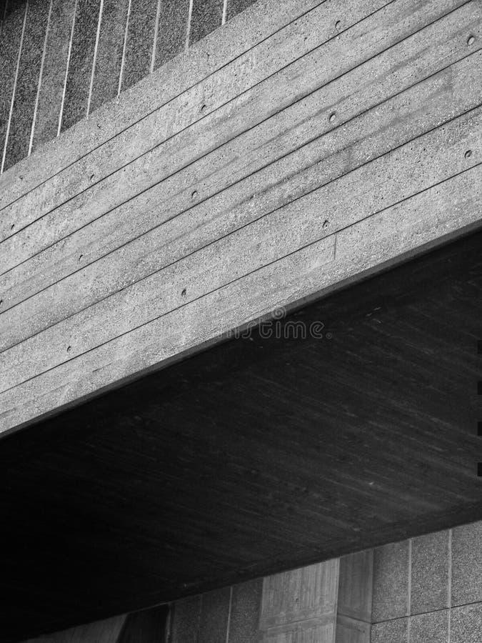 Sluit omhoog detail van een modern hoekig geweven grijs concreet gebouw met schaduw royalty-vrije stock foto's