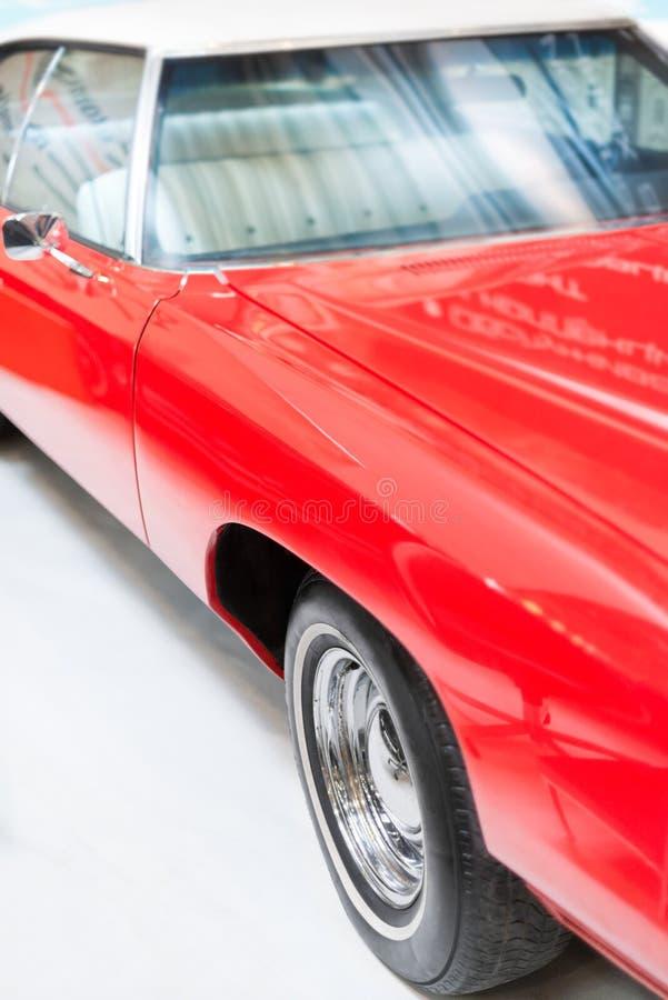 Sluit omhoog Detail van Glanzende Rode Klassieke Auto stock afbeeldingen