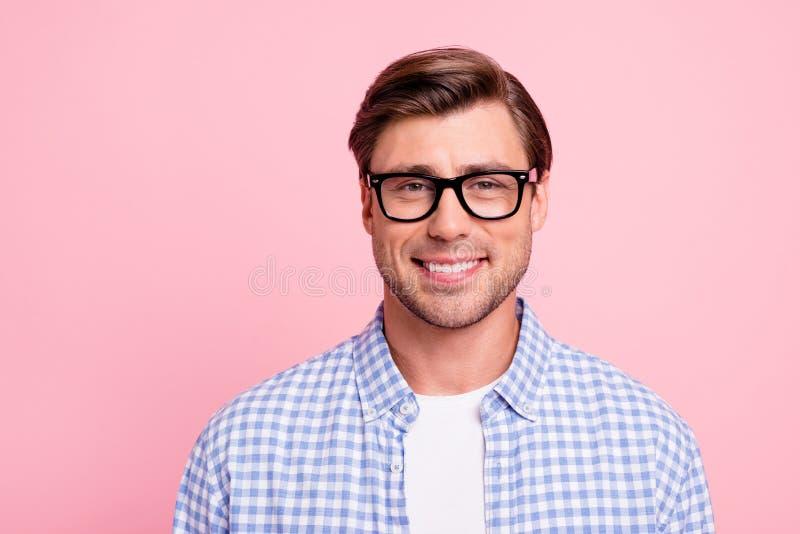 Sluit omhoog donkerbruine foto van het mooie verbazen hij hem zijn knap in bril het ijverige student overgegaane examens uitsteke stock afbeeldingen