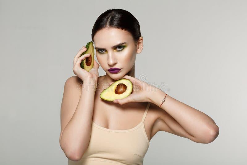 Sluit omhoog donkerbruine halve naakte vrouw met perfecte huid, kleurrijke make-up stock afbeelding