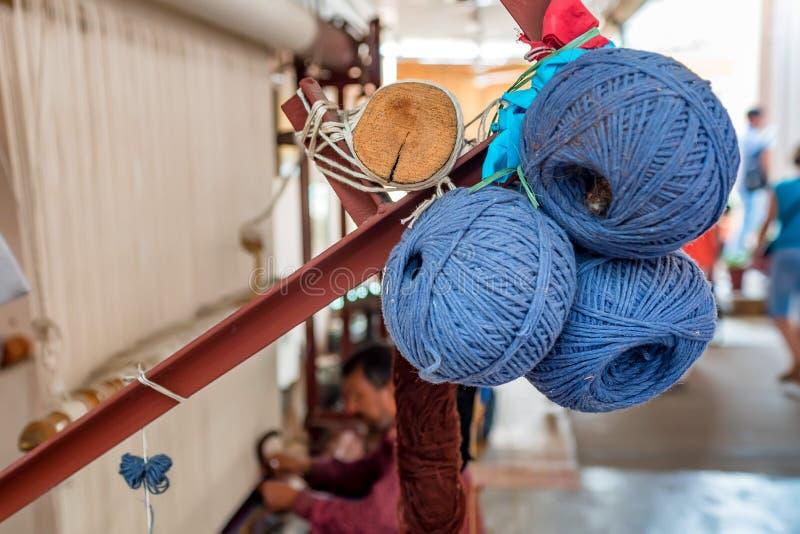 Sluit omhoog drie ballen van blauwe wol voor tapijten royalty-vrije stock afbeelding