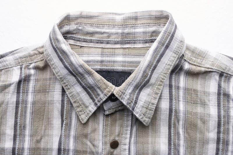 Sluit omhoog een deel van een overhemd van hennepstof Toevallig man overhemd met patroon Gerimpelde textuur van hennep en katoene royalty-vrije stock fotografie