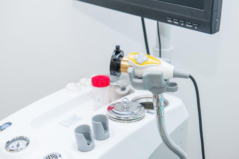 Sluit omhoog een deel van Professioneel ENT Medisch de Apparatenwerkstation van EVO Oorneus en Keelmedische apparatuur Wasspuit S royalty-vrije stock foto's