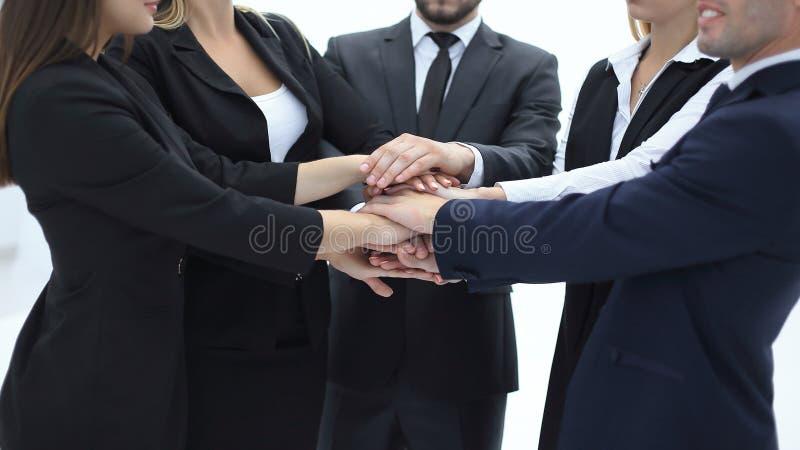 Sluit omhoog een groep bedrijfsmensen bracht hun handen samen stock afbeelding