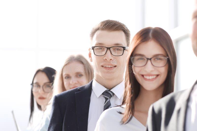 Sluit omhoog een groep jonge ondernemers die zich op een rij bevinden royalty-vrije stock afbeelding