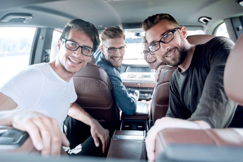 Sluit omhoog een groep vrienden die in de auto zitten royalty-vrije stock foto's