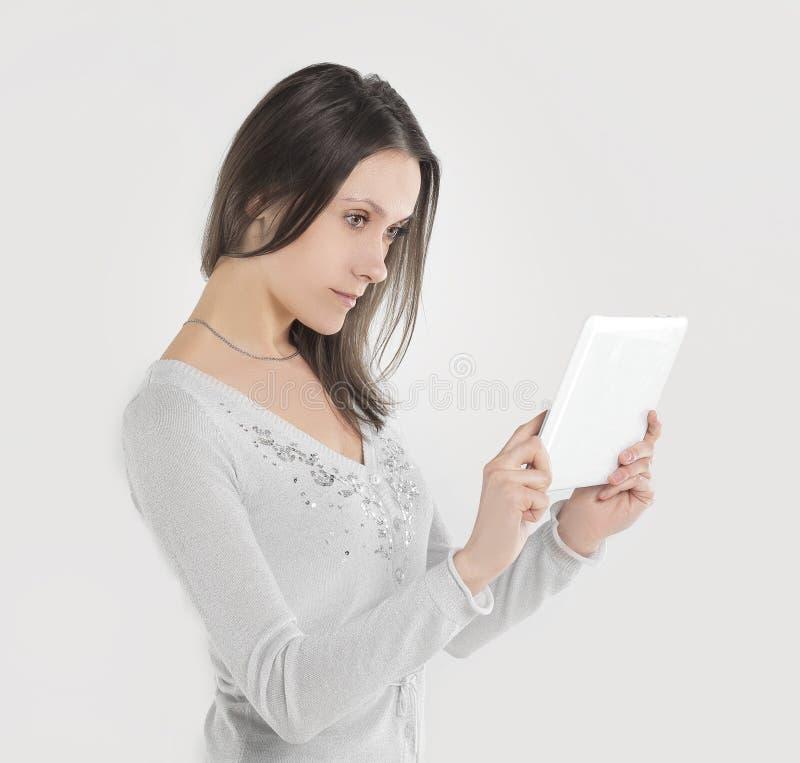 Sluit omhoog een jonge onderneemster bekijkt het scherm van een digitale tablet Foto met exemplaarruimte stock afbeeldingen