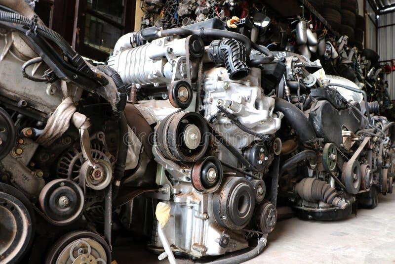 Sluit omhoog een vele motor van een auto met automobieldelenconcept stock afbeeldingen