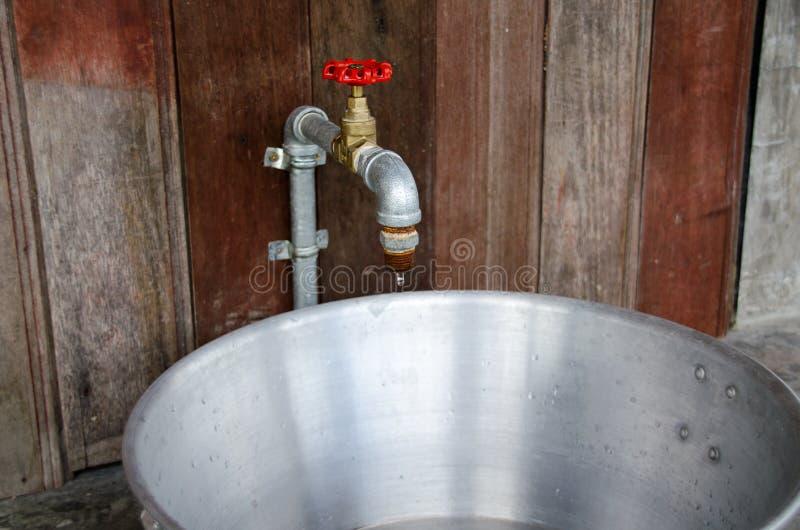 Sluit omhoog een waterklep in oude badkamers de uitstekende stijl, kraan roestte royalty-vrije stock afbeelding