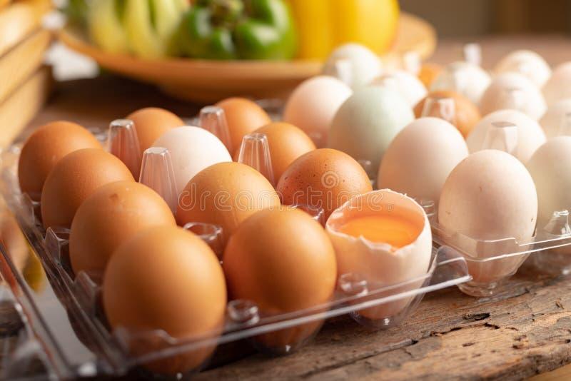Sluit omhoog eieren van kip en eend op een houten lijst wordt geplaatst die royalty-vrije stock foto's