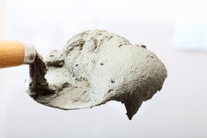 Sluit omhoog emmertroffel met cementmortier stock fotografie