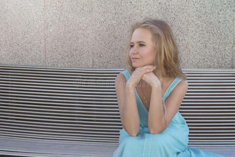 Sluit omhoog emotioneel portret van een aantrekkelijke jonge blondevrouw stock afbeelding
