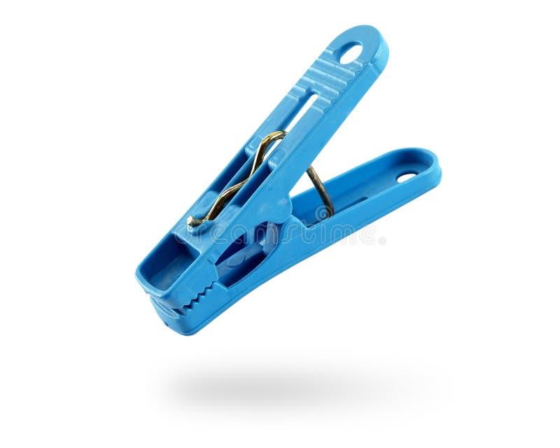 Sluit omhoog enige blauwe die wasknijper op witte achtergrond met schaduw wordt geïsoleerd stock foto