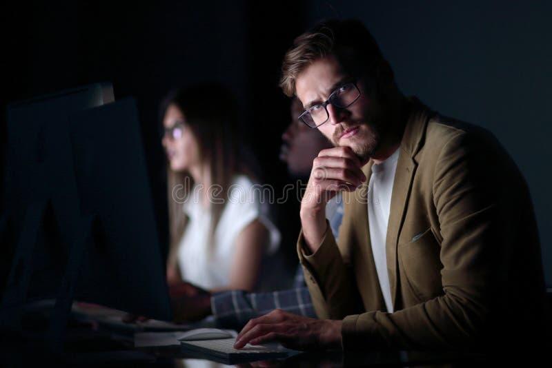 Sluit omhoog ernstige zakenman in de werkplaats stock afbeelding