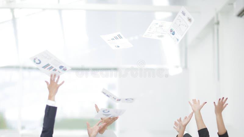 Sluit omhoog exultant commercieel team Foto met exemplaarruimte stock afbeeldingen
