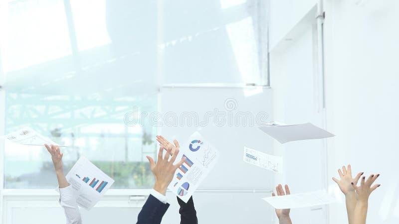 Sluit omhoog exultant commercieel team Foto met exemplaarruimte royalty-vrije stock foto
